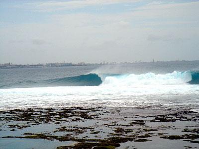 リーフブレイクのため、大潮の時には、満潮前後2~3時間のみがサーフ可能となるが、小潮ならよほど波が大きくない