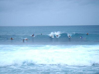 波がある時は、いつも大混雑。マナーを守って楽しくサーフィン